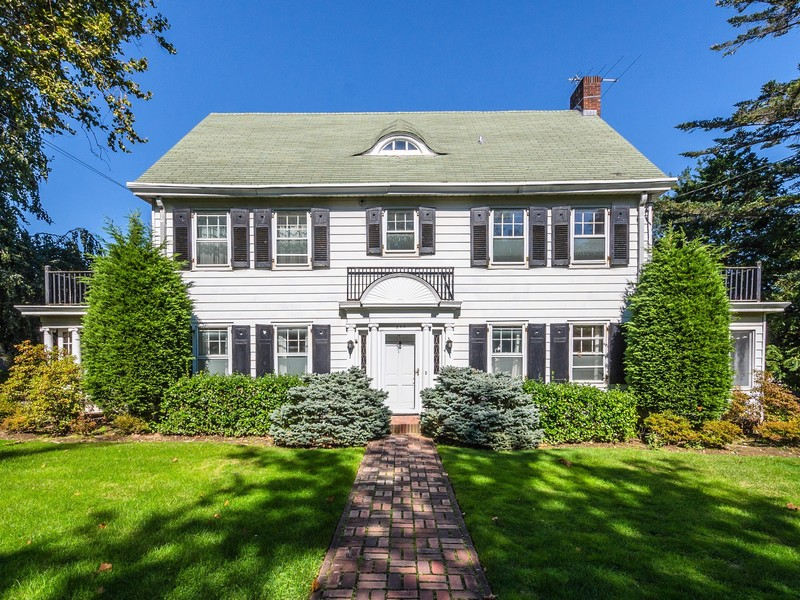 Maison unifamiliale pour l Vente à Colonial 245 Arleigh Rd Douglaston, New York 11363 États-Unis