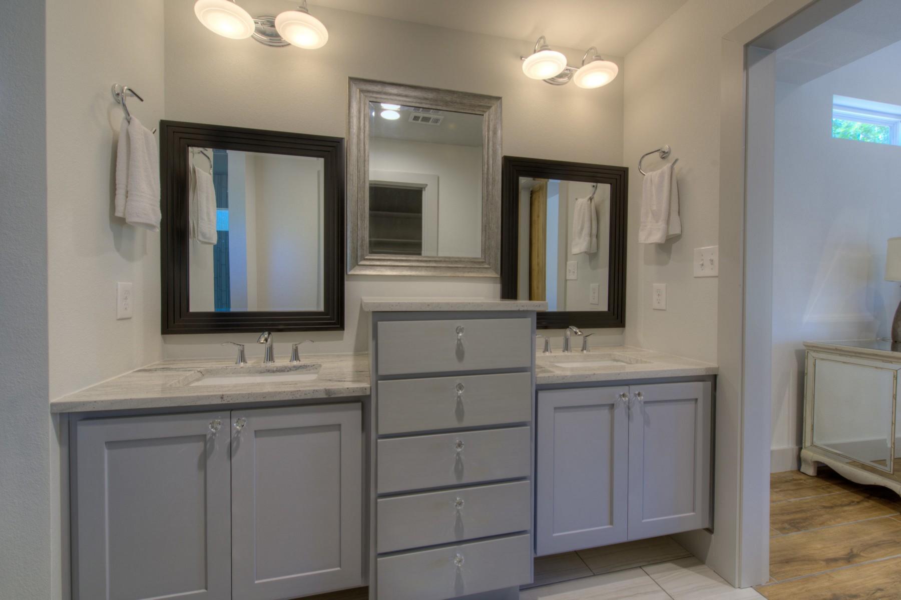 Additional photo for property listing at Near Bustling Burnet Rd 2500 Addison Ave Austin, Texas 78757 Estados Unidos