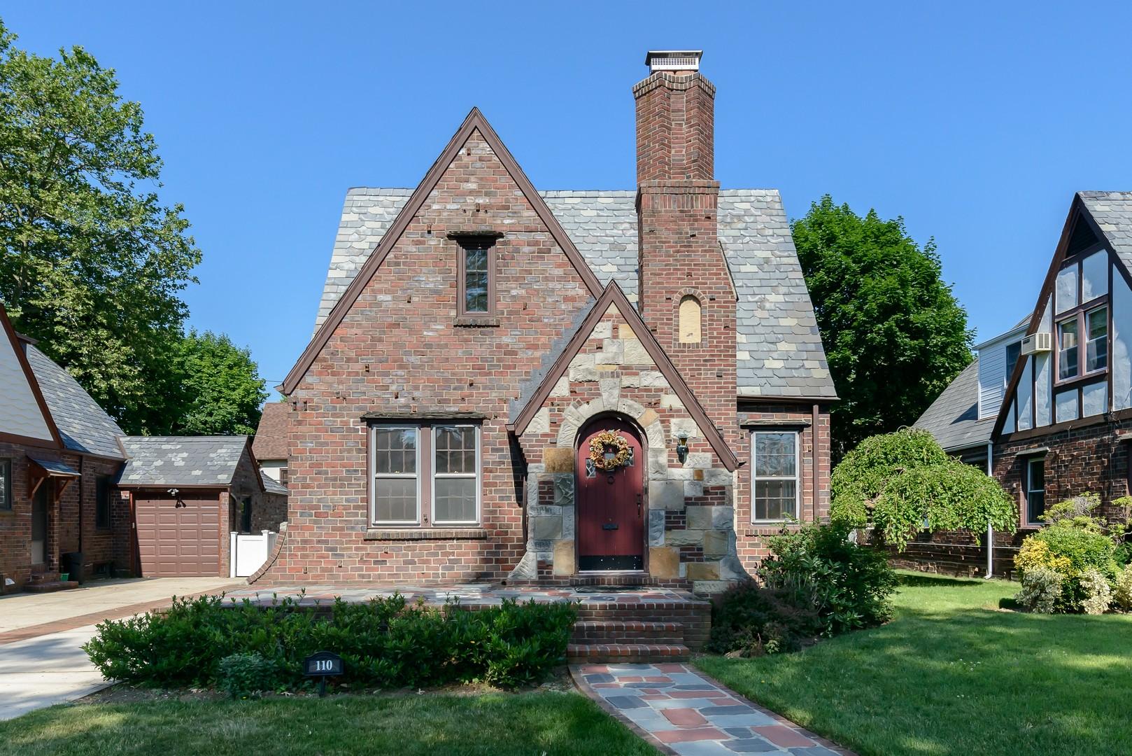 Nhà ở một gia đình vì Bán tại Tudor 110 New Hyde Park Rd Garden City, New York, 11530 Hoa Kỳ