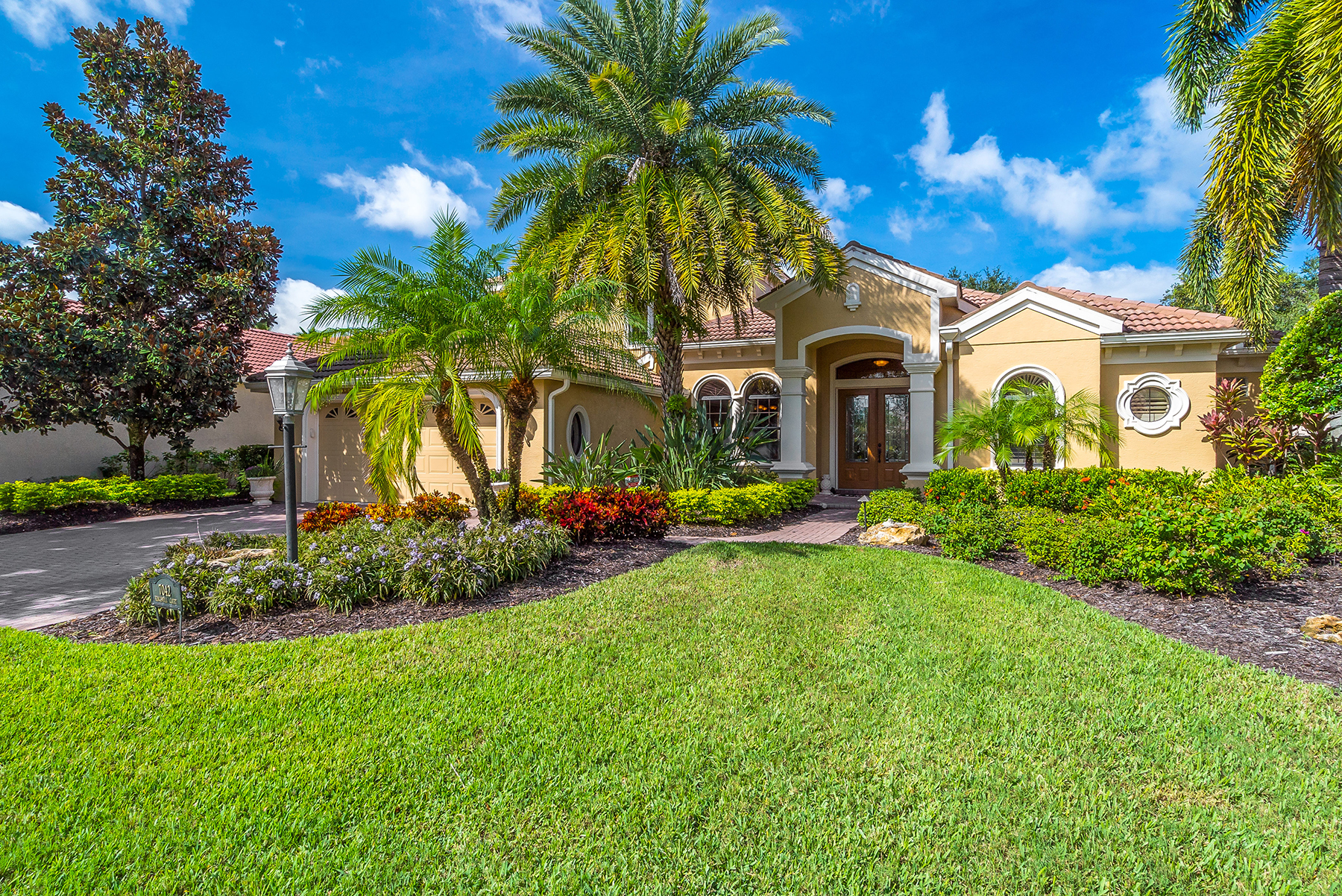 Casa para uma família para Venda às LAKEWOOD RANCH COUNTRY CLUB 7042 Kingsmill Ct Lakewood Ranch, Florida, 34202 Estados Unidos