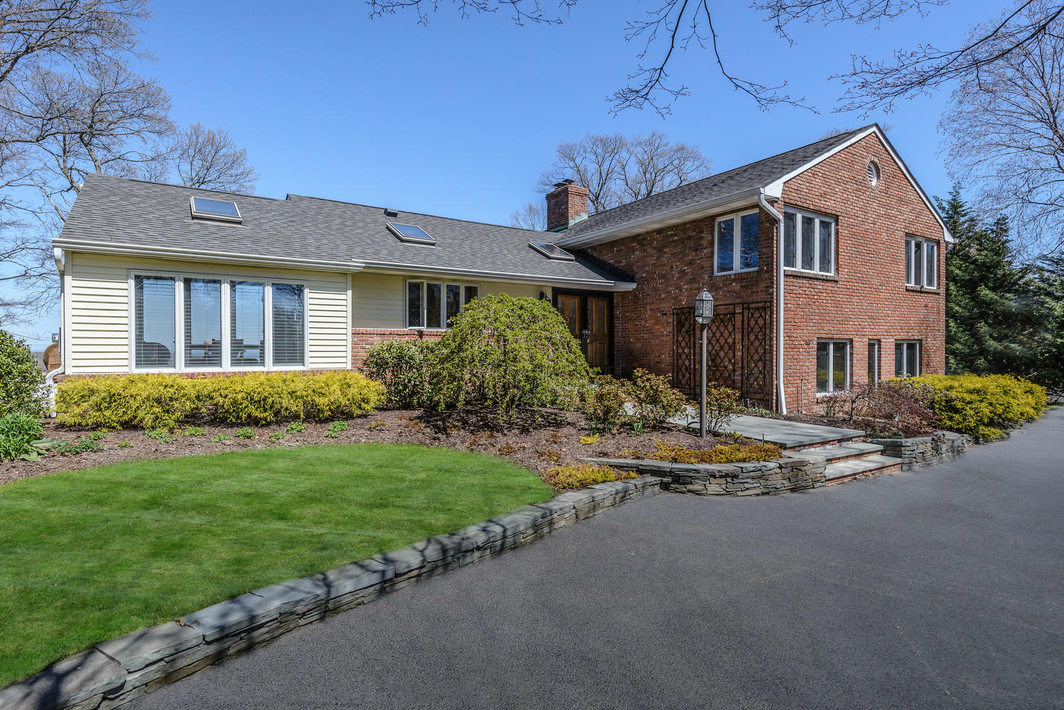 Maison unifamiliale pour l Vente à Traditional 16 Barbara Ct Greenlawn, New York, 11740 États-Unis