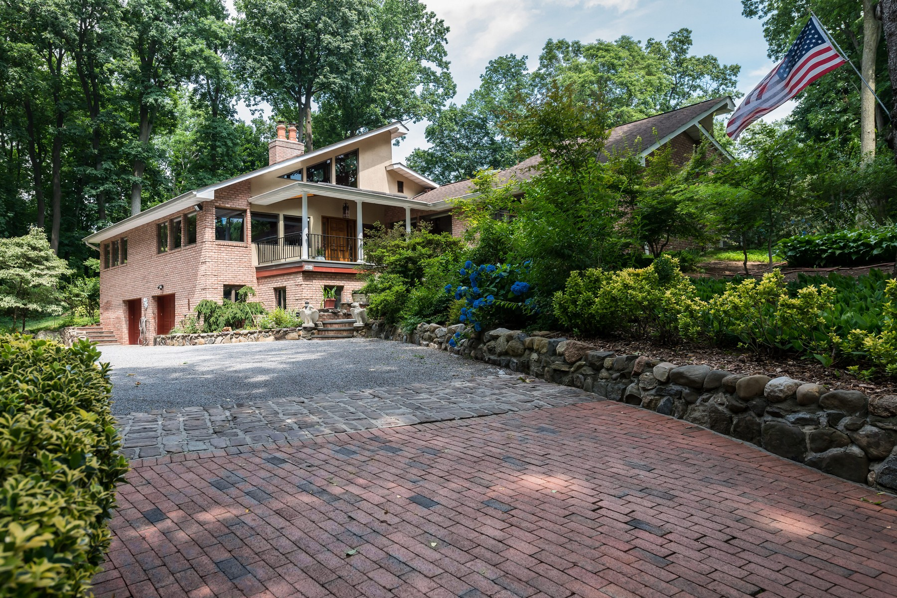 Single Family Home for Sale at Contemporary 4 Sloanes Ct Sands Point, New York, 11050 United States