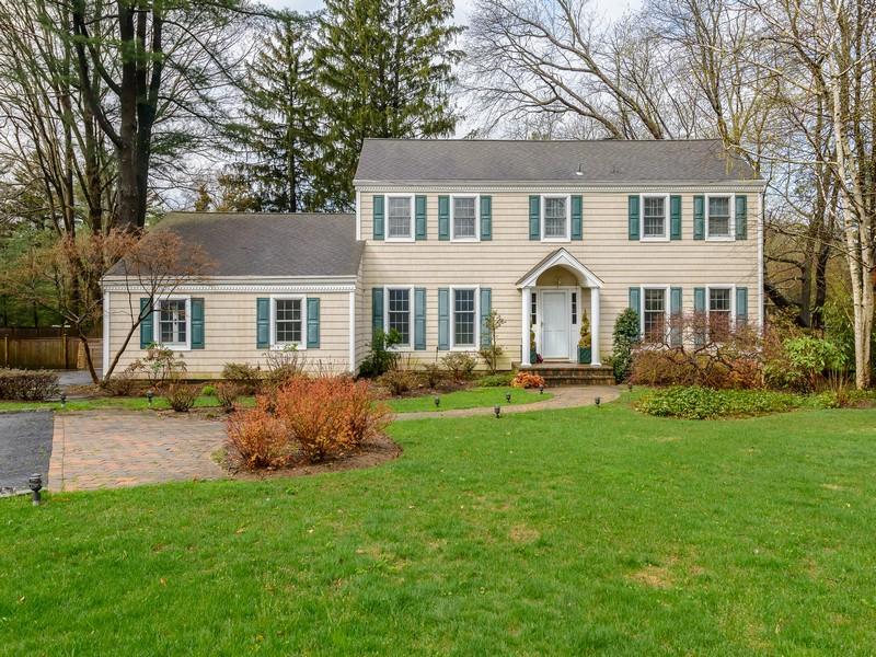 Nhà ở một gia đình vì Bán tại Colonial 191 Split Rock Rd Syosset, New York 11791 Hoa Kỳ