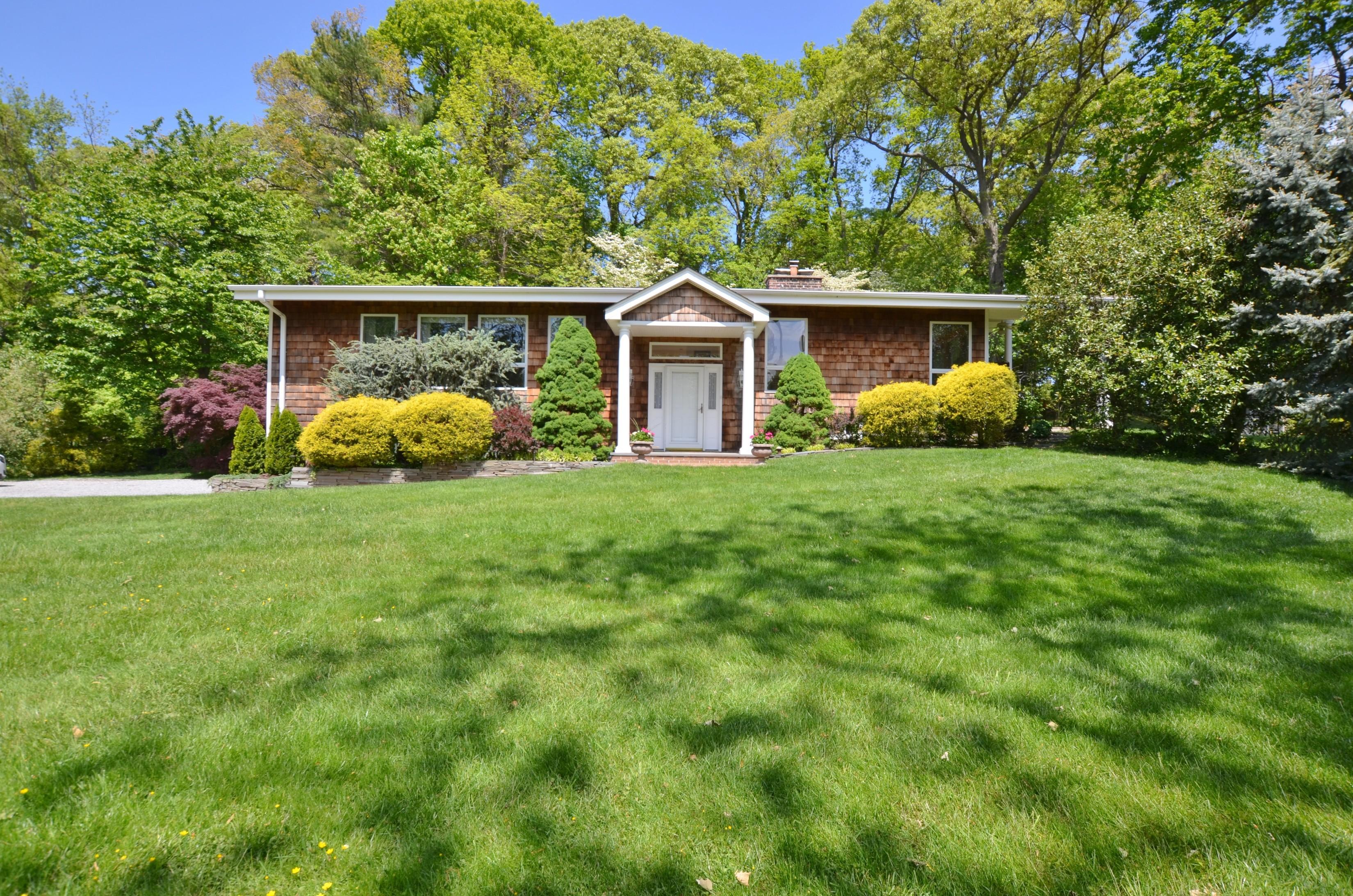 Nhà ở một gia đình vì Bán tại Split 15 Mariners Ct Centerport, New York, 11721 Hoa Kỳ
