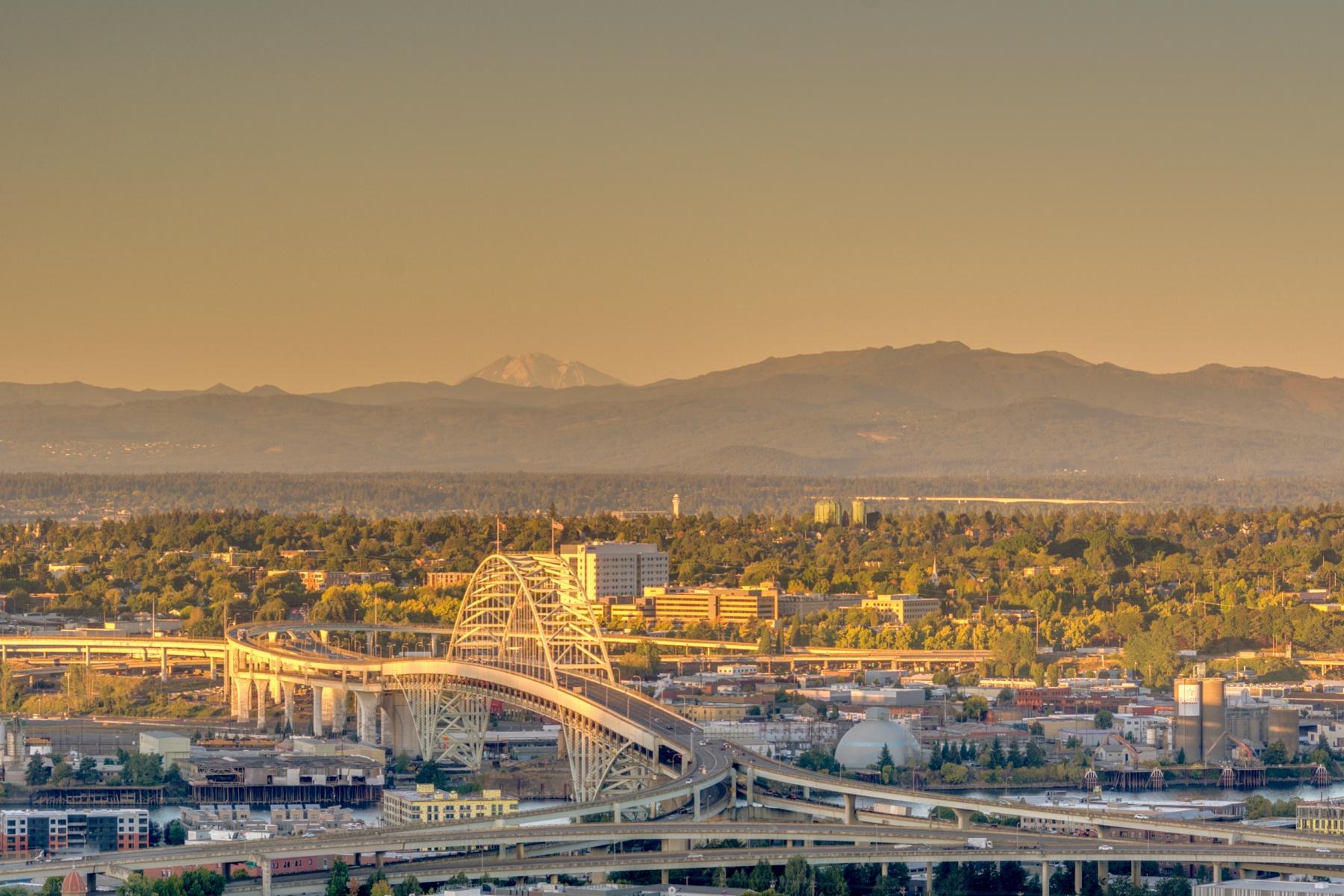独户住宅 为 销售 在 Stunning City and River Views 264 NW MACLEAY Blvd 波特兰, 俄勒冈州, 97210 美国