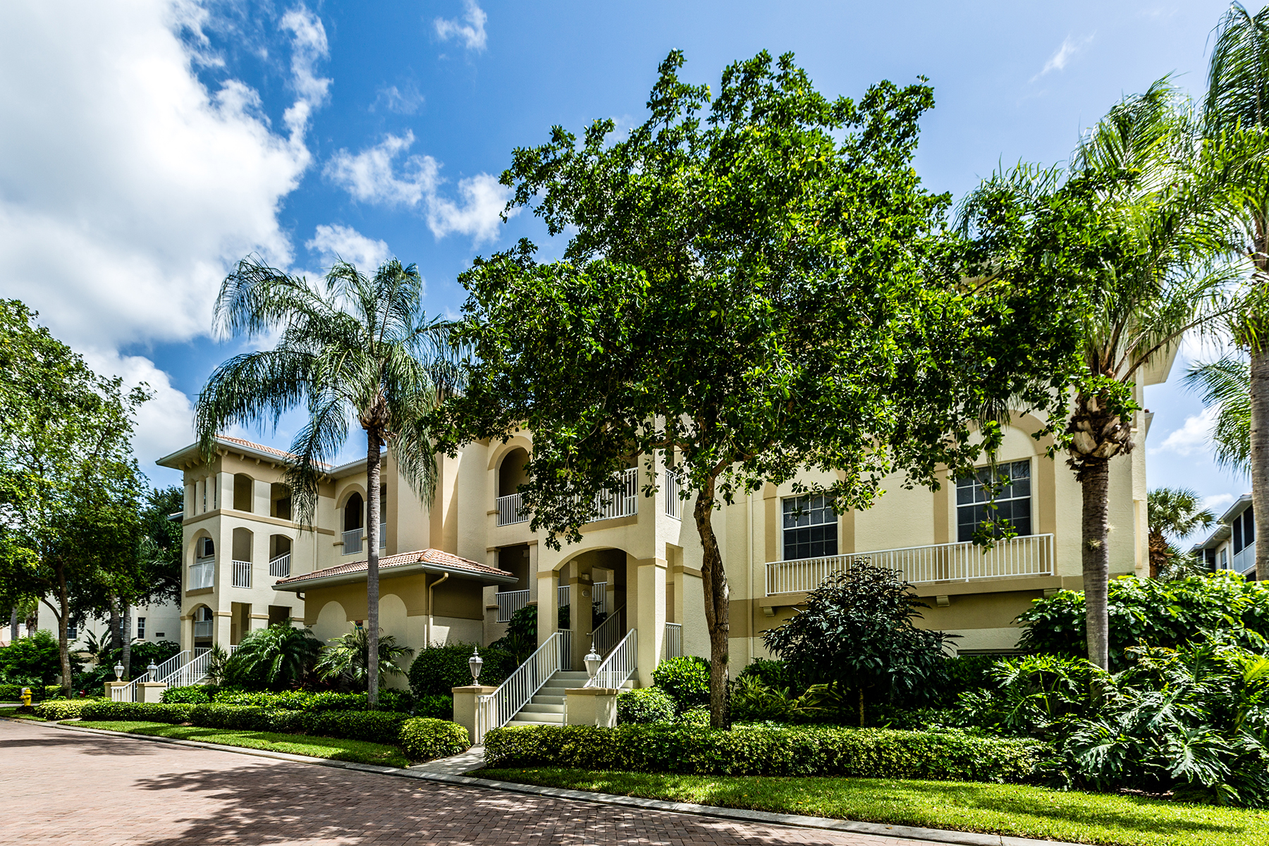 共管式独立产权公寓 为 销售 在 PELICAN BAY - BREAKWATER 835 Bentwater Cir 102 那不勒斯, 佛罗里达州, 34108 美国