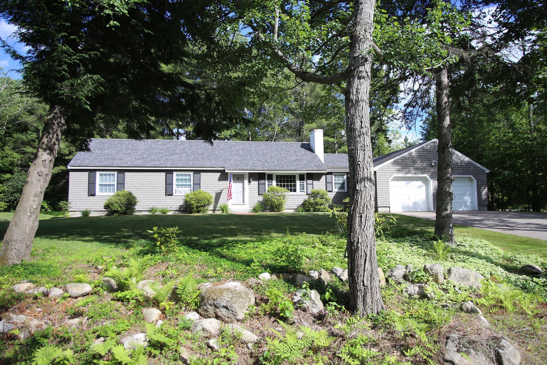 Casa para uma família para Venda às 220 Pleasant Street, New London New London, New Hampshire, 03257 Estados Unidos