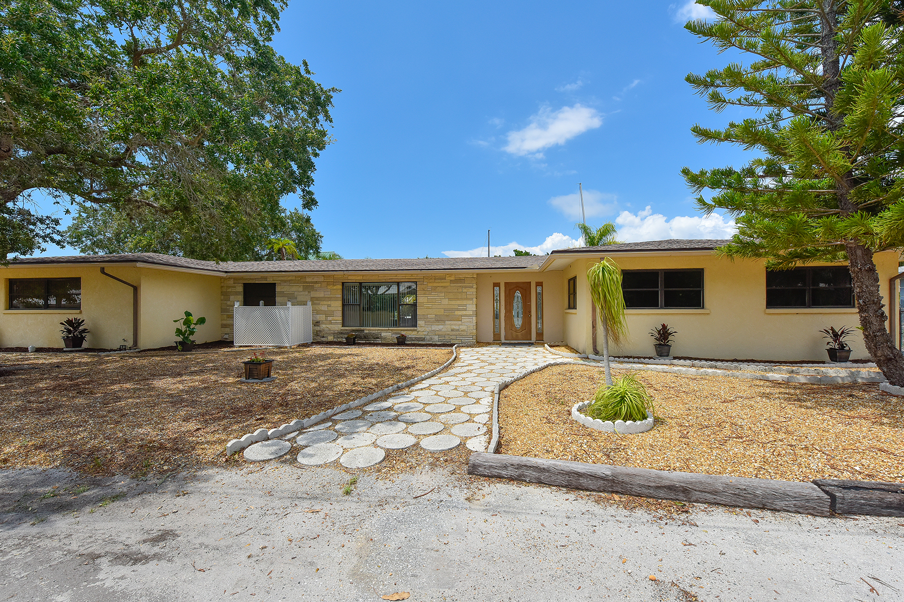 Single Family Home for Sale at VENICE ISLAND 918 Gibbs Rd Venice, Florida, 34285 United States