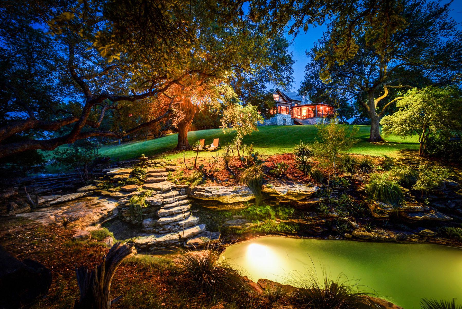 Casa Unifamiliar por un Venta en Serene Lakeside Luxury 2930 Travis Lakeside Dr Spicewood, Texas 78669 Estados Unidos