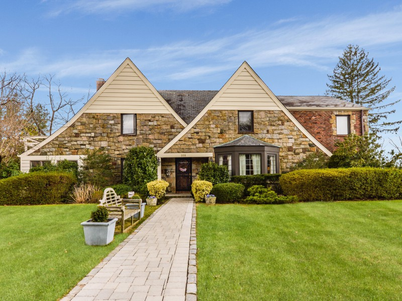 Single Family Home for Sale at Colonial 108 Castle Ridge Rd Manhasset, New York, 11030 United States