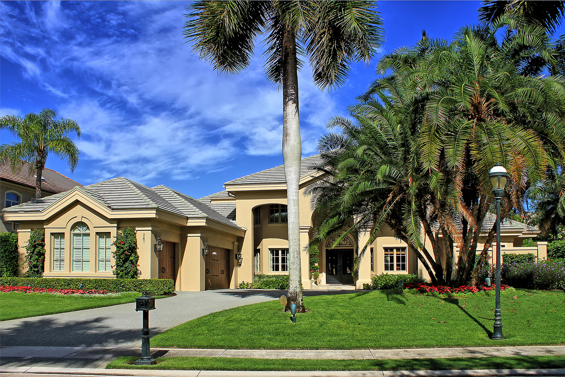 Villa per Vendita alle ore PELICAN BAY - BAY COLONY SHORES 367 Colony Dr Naples, Florida 34117 Stati Uniti
