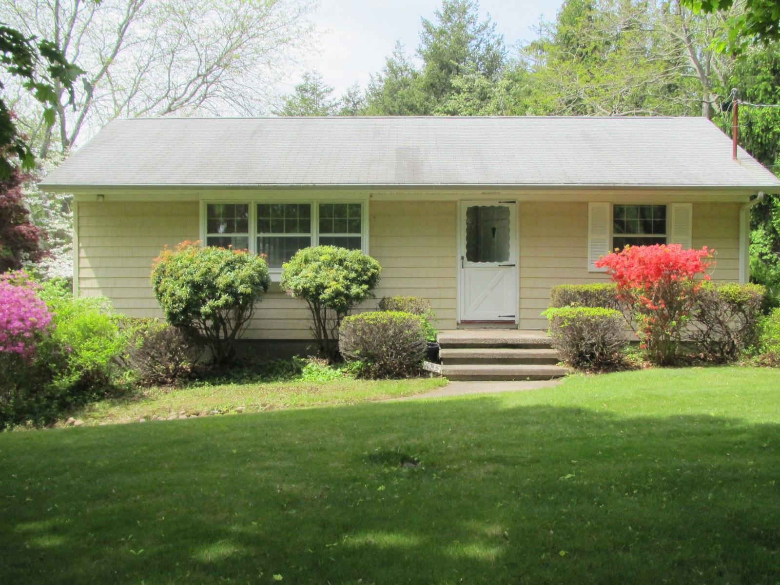 단독 가정 주택 용 매매 에 Ranch 685 Greenway West Orient, 뉴욕 11957 미국