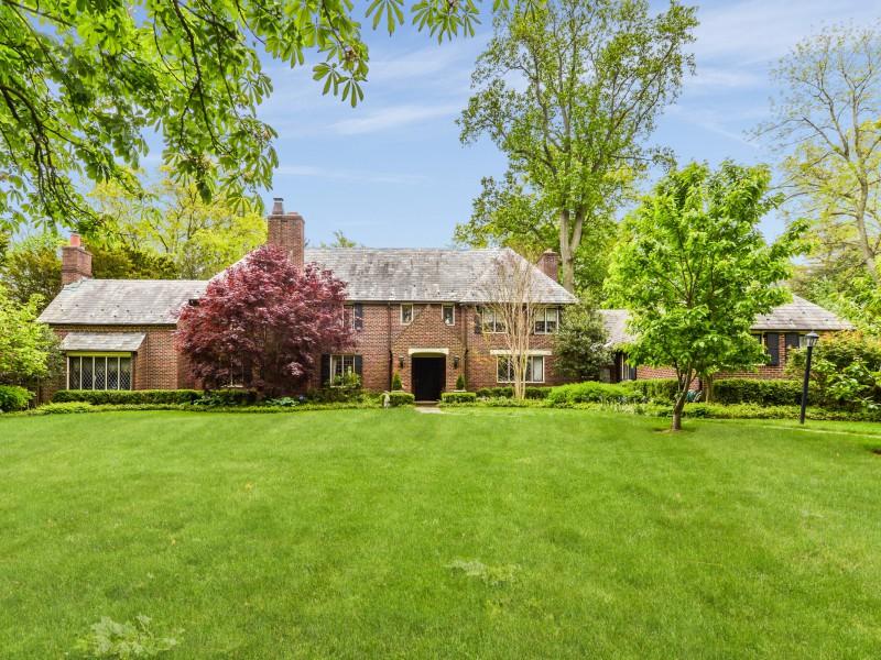 Nhà ở một gia đình vì Bán tại Tudor 118 Highland Rd Glen Cove, New York, 11542 Hoa Kỳ