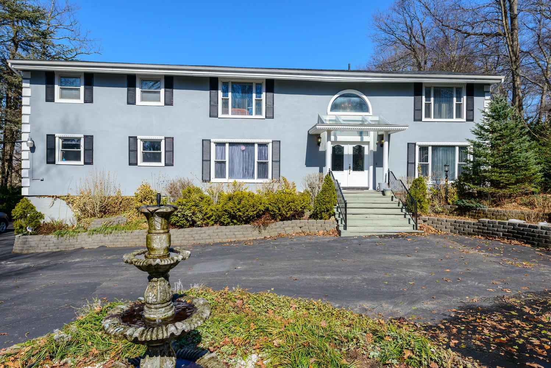 Casa para uma família para Venda às Colonial 60 Avery Rd Woodbury, Nova York 11797 Estados Unidos