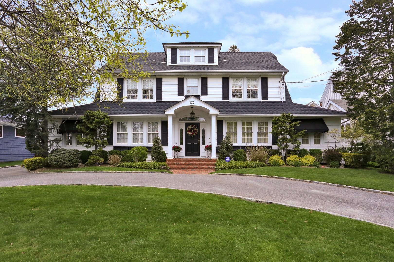 Nhà ở một gia đình vì Bán tại Colonial 132 Hempstead Ave Rockville Centre, New York, 11570 Hoa Kỳ