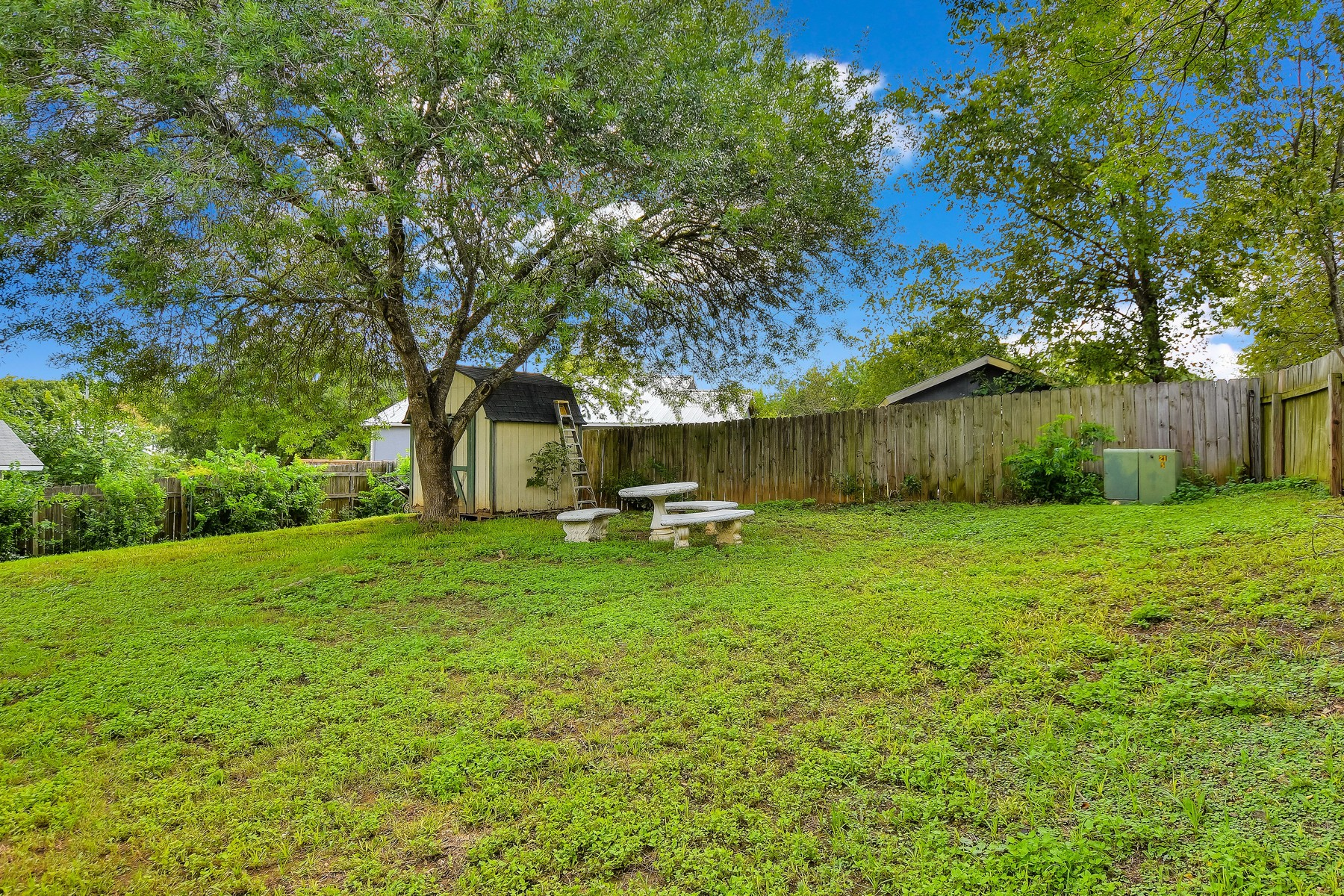 Additional photo for property listing at Perfect Starter Home in SW Austin 7703 Turquoise Trl Austin, Texas 78749 United States