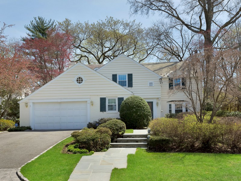 Single Family Home for Sale at Colonial 52 Whistler Rd Manhasset, New York, 11030 United States