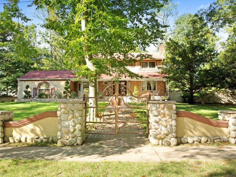 Nhà ở một gia đình vì Bán tại Colonial 40 Highfield Rd Glen Cove, New York 11542 Hoa Kỳ