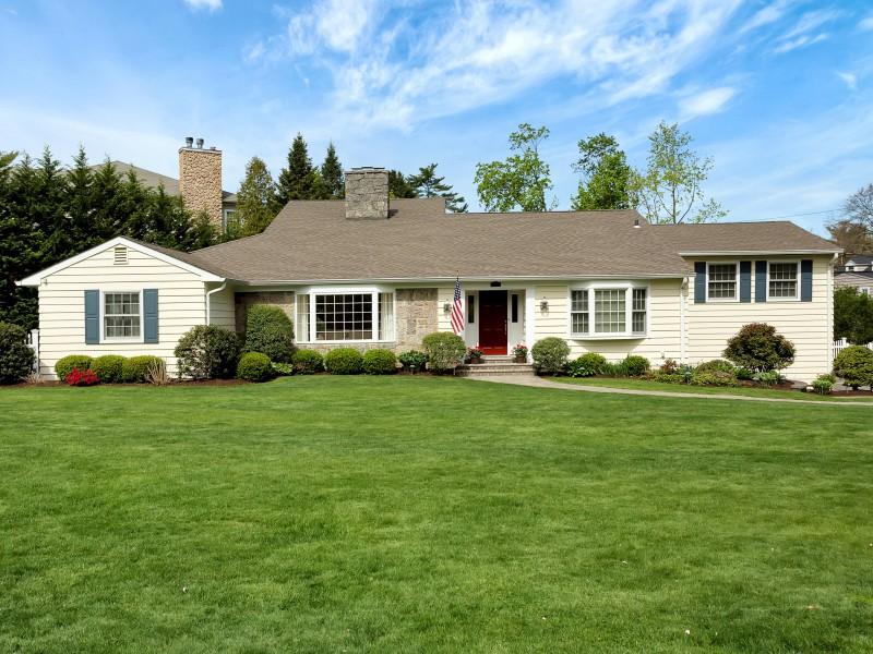 Villa per Vendita alle ore Exp Ranch 10 Valley Rd Manhasset, New York, 11030 Stati Uniti