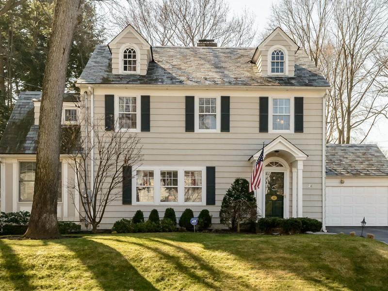 独户住宅 为 销售 在 Colonial 24 Inness Pl 曼哈塞特, 纽约州, 11030 美国