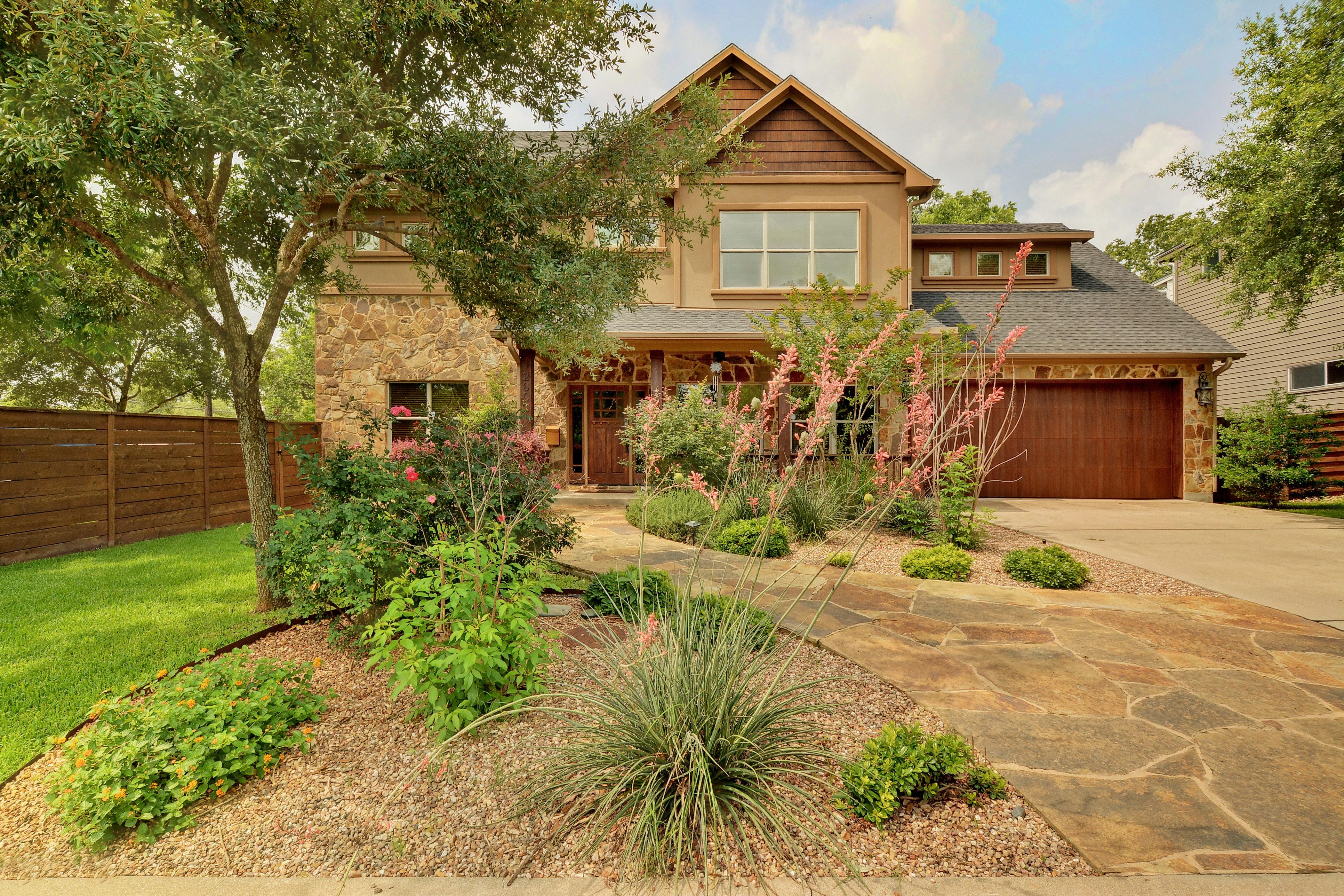 Nhà ở một gia đình vì Bán tại Great Home in the Middle of it All 2001 Wright St Austin, Texas 78704 Hoa Kỳ