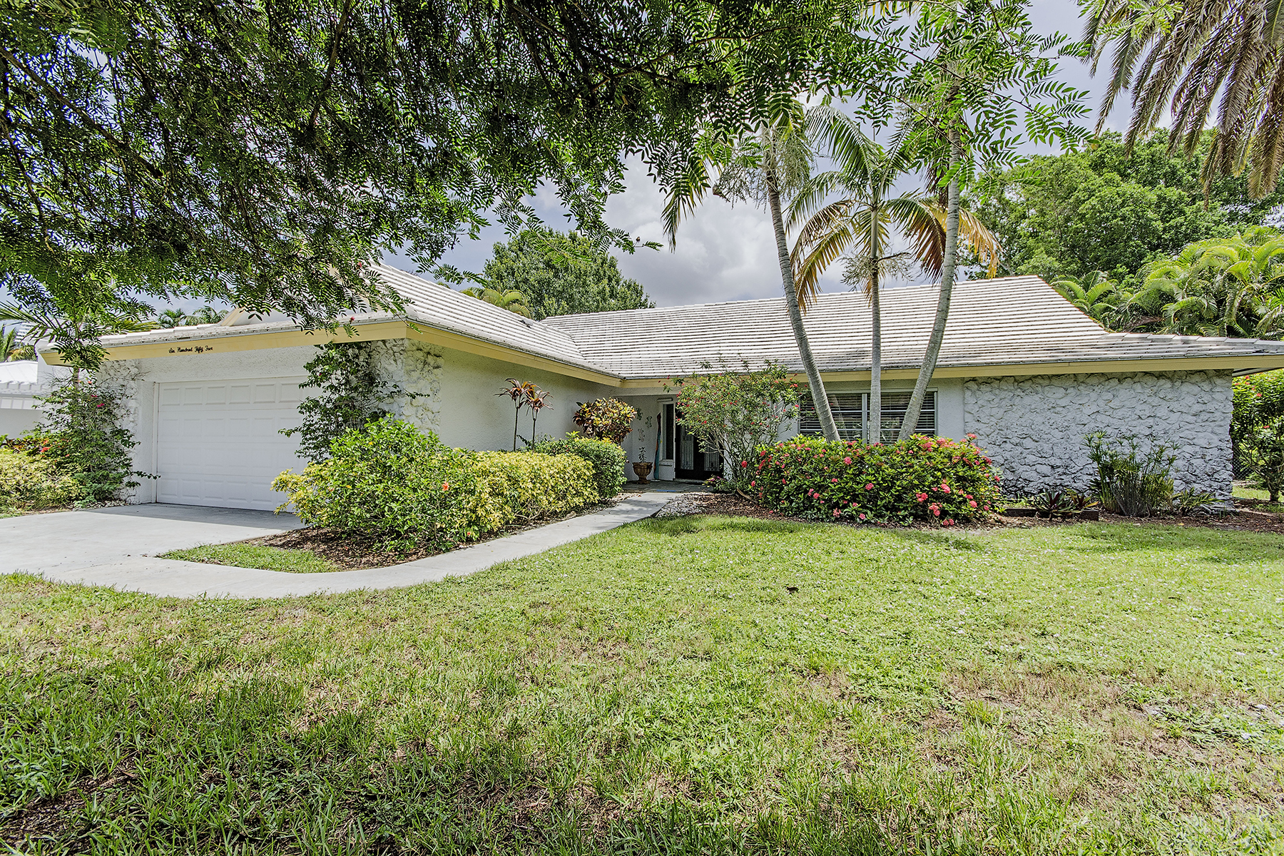 Maison unifamiliale pour l Vente à PARK SHORE 655 Park Shore Dr Naples, Florida 34103 États-Unis