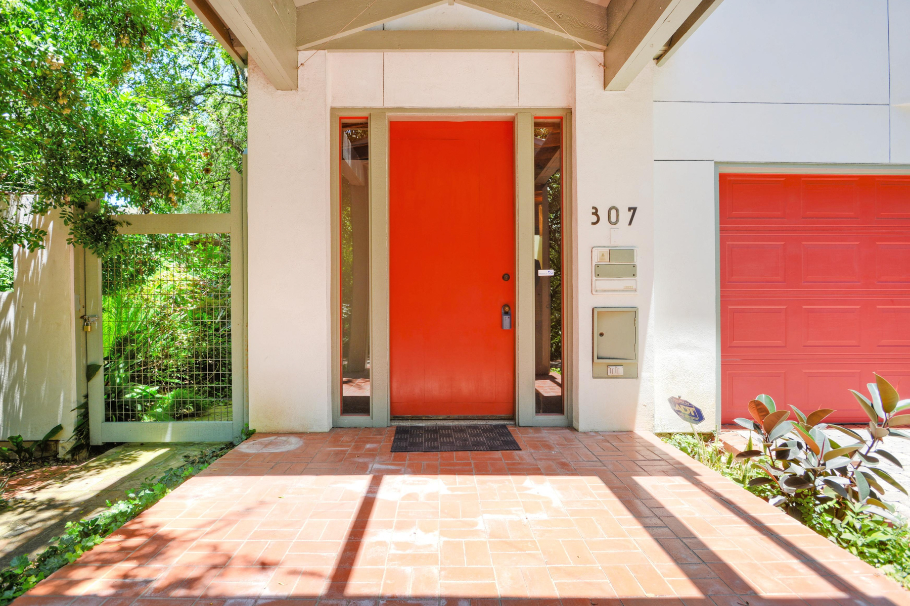 Additional photo for property listing at Delightful Retreat in Alamo Heights 307 College Blvd San Antonio, Texas 78209 United States