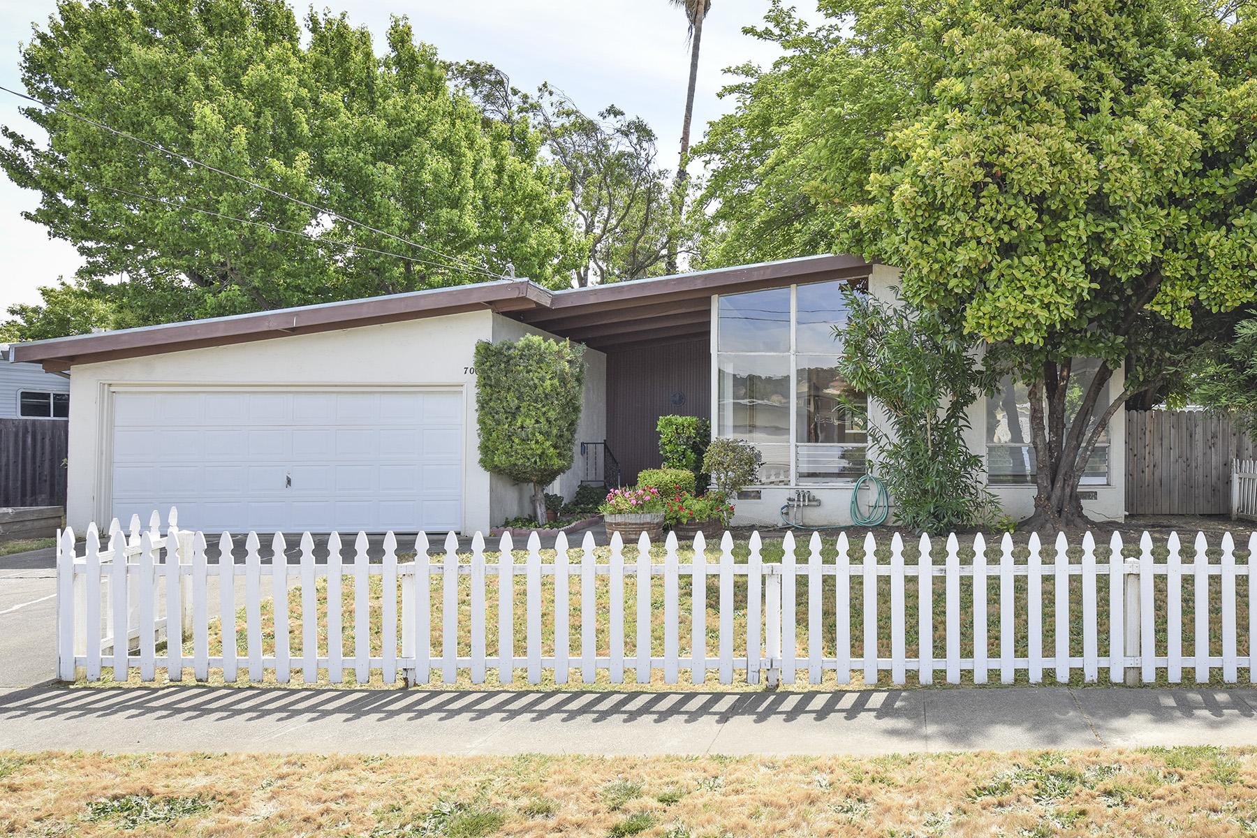 Nhà ở một gia đình vì Bán tại 706 S Minahen St, Napa, CA 94559 Napa, California, 94559 Hoa Kỳ