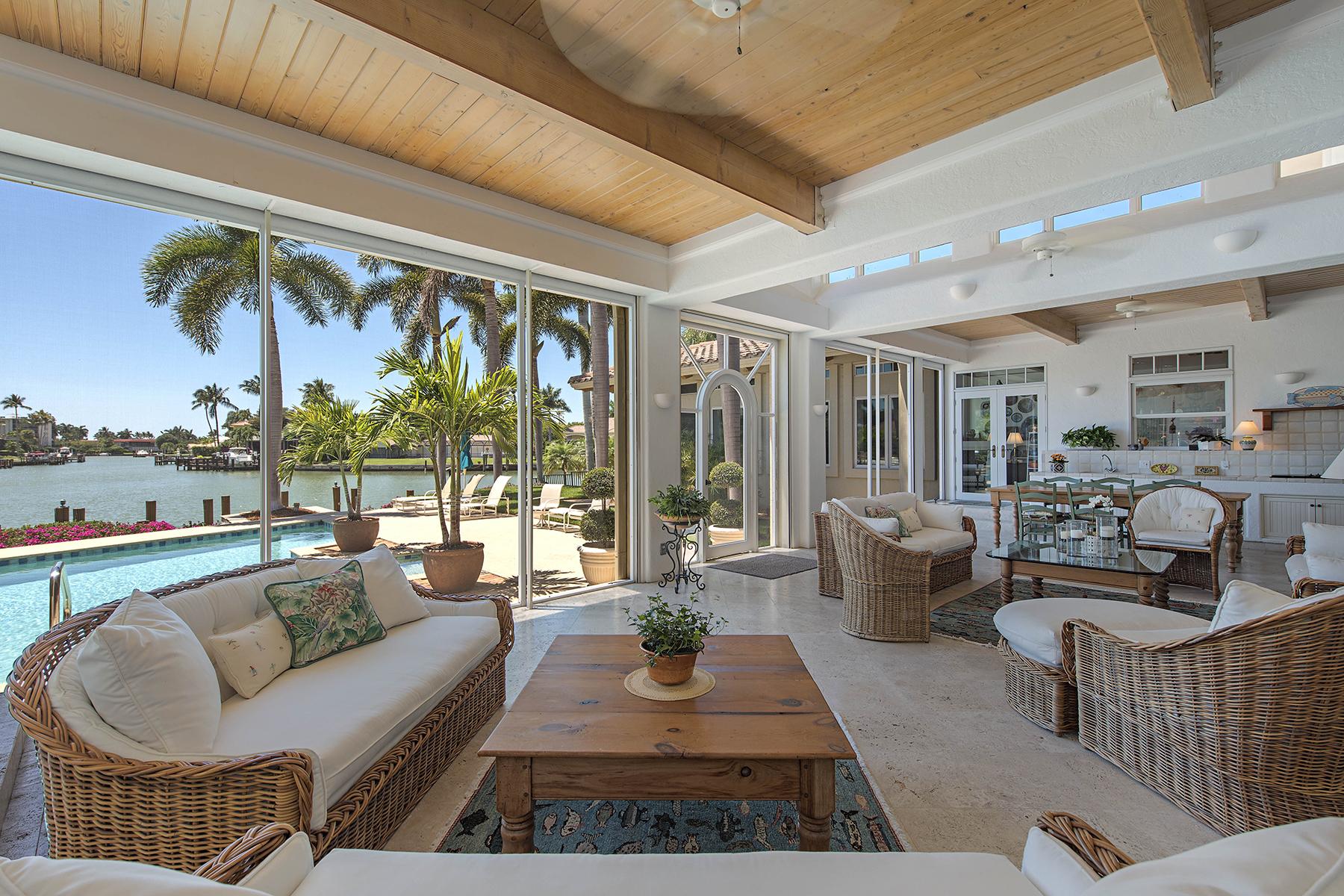 Einfamilienhaus für Verkauf beim MOORINGS 2225 Beacon Ln Naples, Florida 34103 Vereinigte Staaten