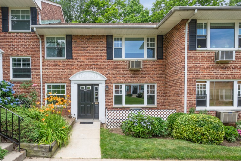 Apartment for Sale at Co-Op 44L Madison Park Gdns 1 44L Port Washington, New York 11050 United States