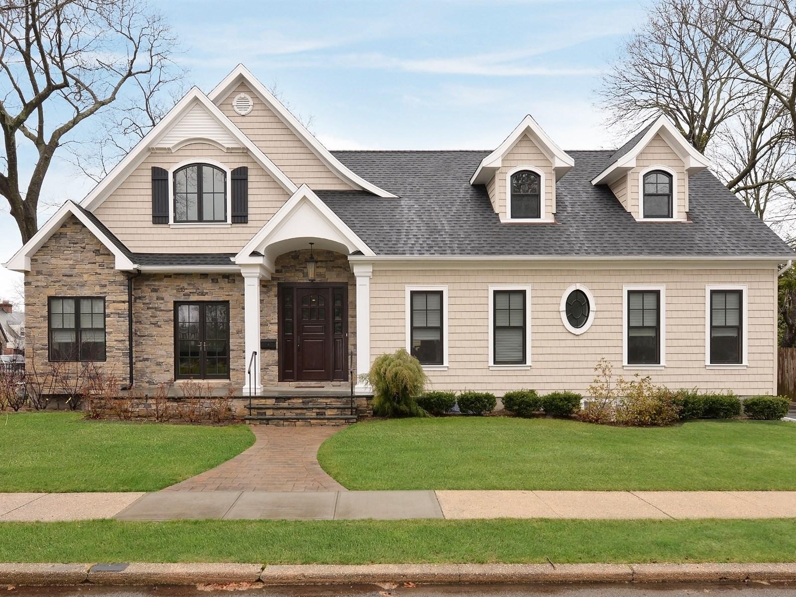 独户住宅 为 销售 在 Colonial 18 California St 罗克韦尔市, 纽约州, 11570 美国