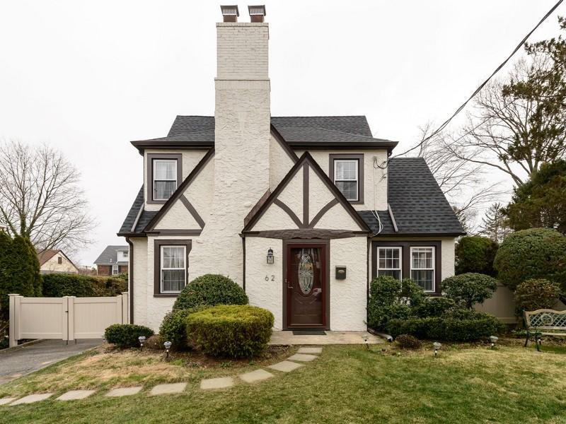 独户住宅 为 销售 在 Tudor 62 Webster Ave 曼哈塞特, 纽约州 11030 美国