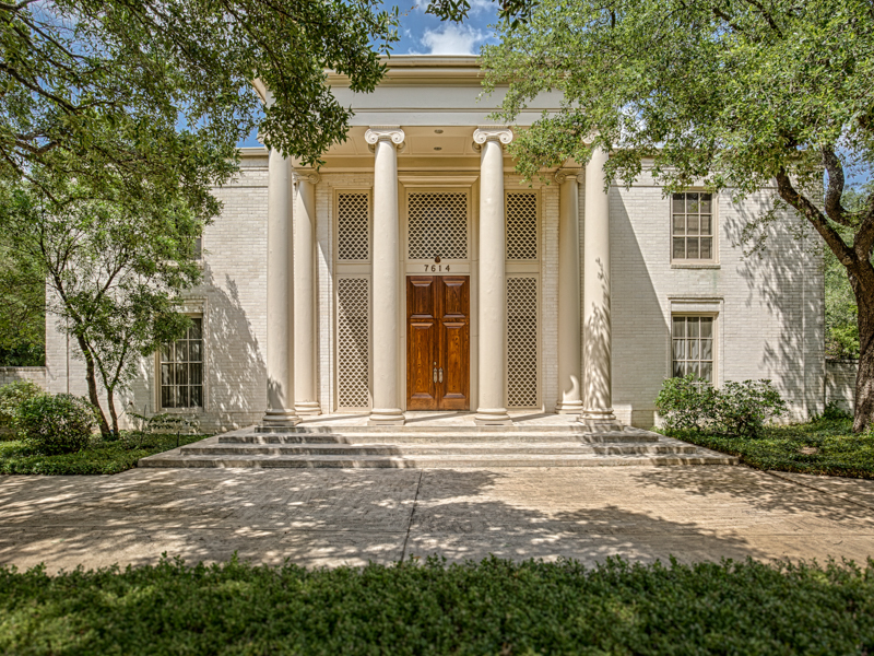 Maison unifamiliale pour l Vente à Grand Greek Revival in Royal Oaks 7614 Woodhaven San Antonio, Texas 78209 États-Unis