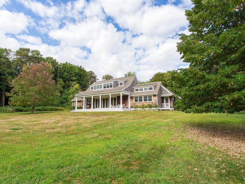 Villa per Vendita alle ore Traditional 22 Nostrand Pky Shelter Island, New York 11964 Stati Uniti