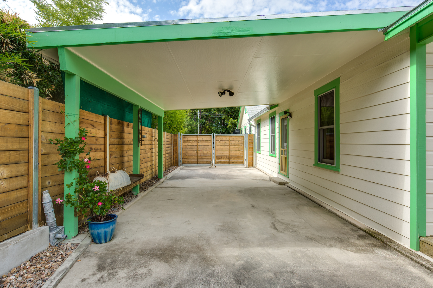 Additional photo for property listing at Charming Home in Alamo Heights 115 W Castano Ave San Antonio, Texas 78209 Estados Unidos