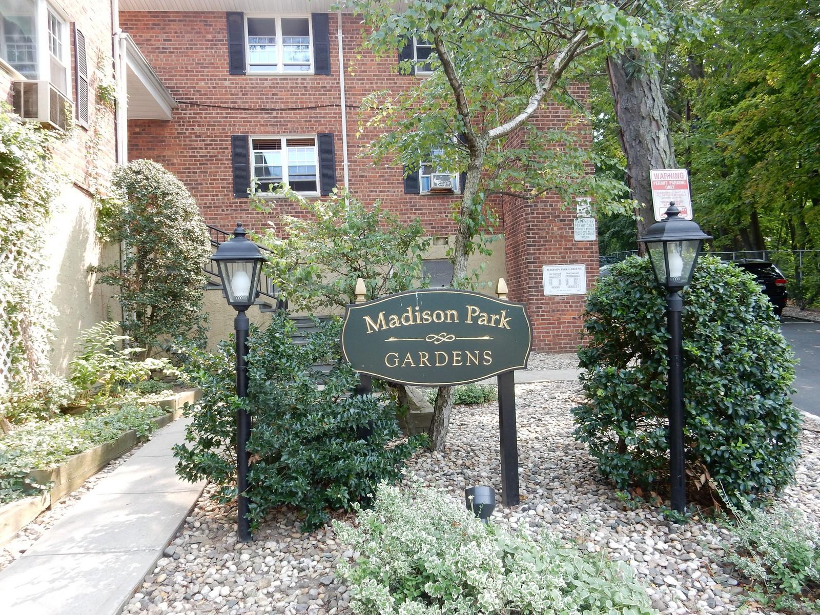 Apartamento para Venda às Co-Op 27L Madison Park Gdns 1 Port Washington, Nova York 11050 Estados Unidos