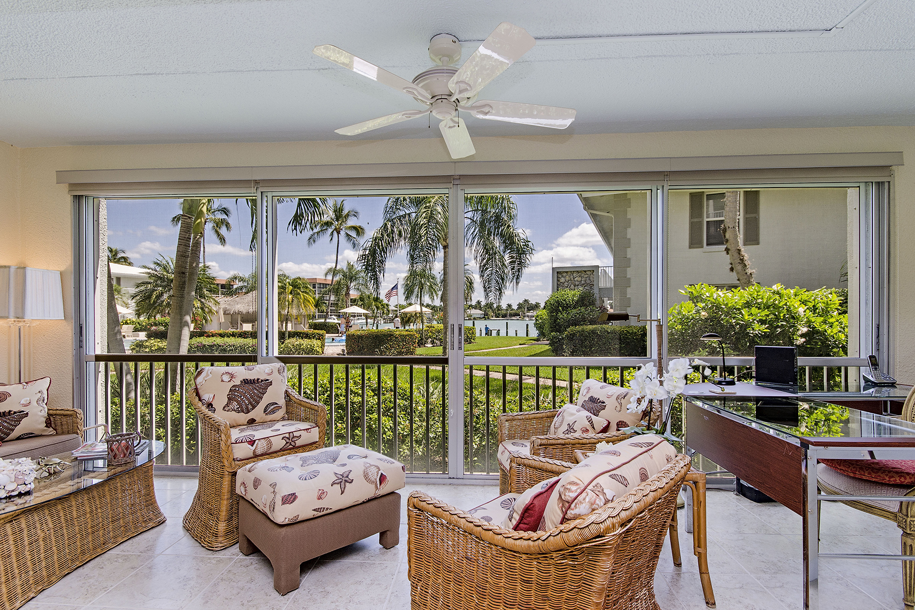 Copropriété pour l Vente à MOORINGS - GULF BAY APARTMENTS 2800 Gulf Shore Blvd N 103 Naples, Florida 34103 États-Unis