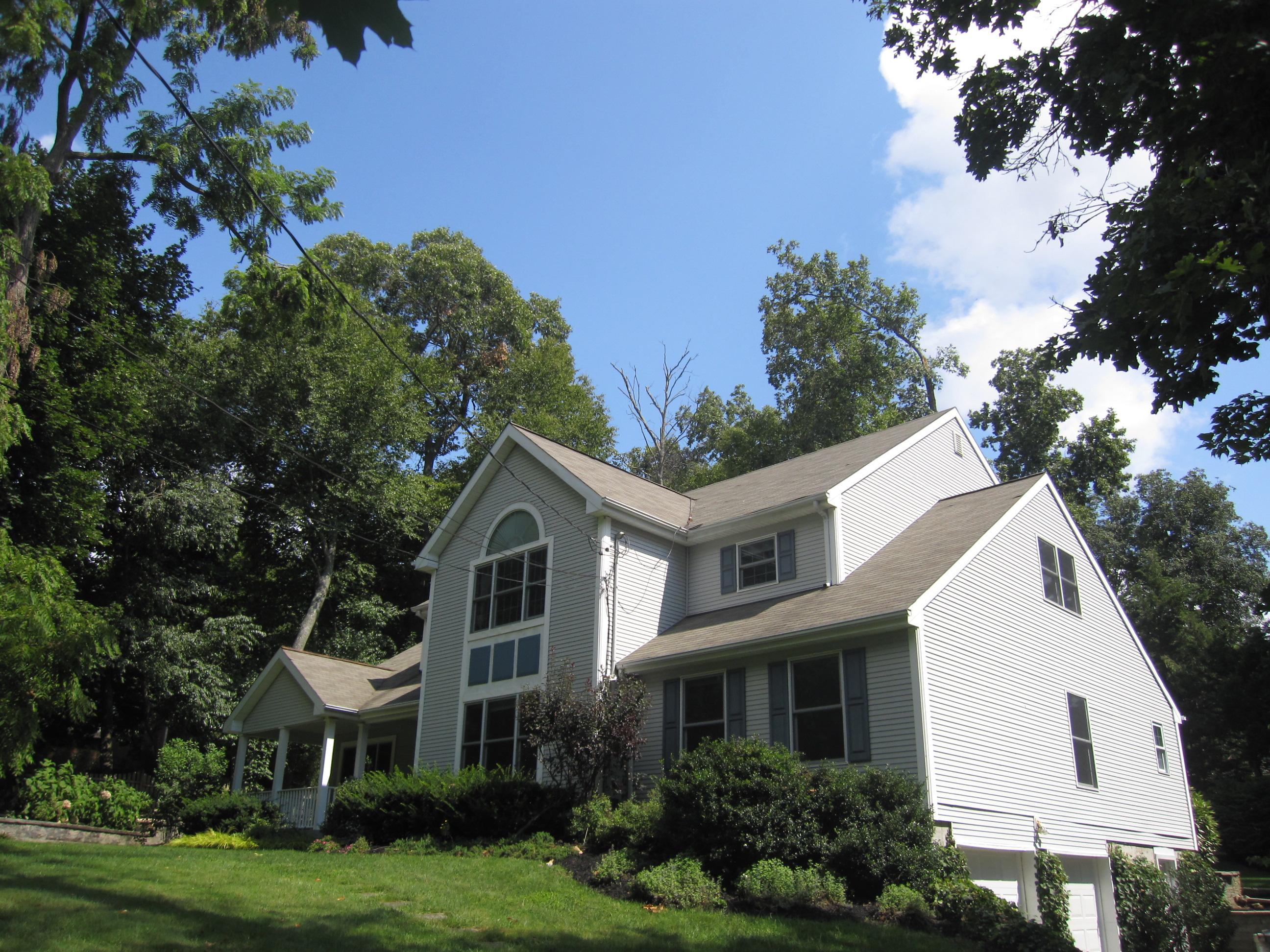 Einfamilienhaus für Verkauf beim Spacious Colonial 17 Cedar Dr Stony Brook, New York, 11790 Vereinigte Staaten