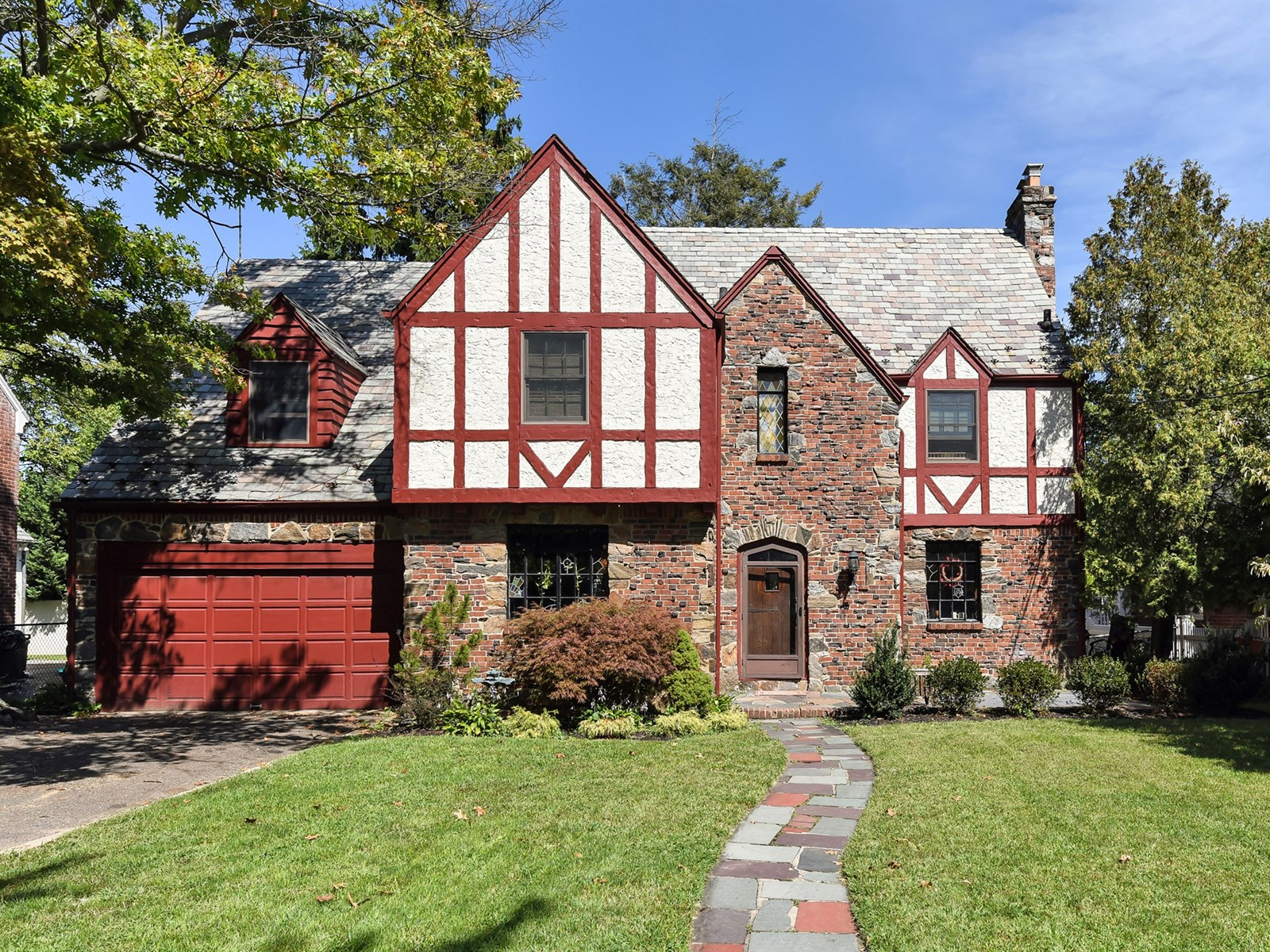 独户住宅 为 销售 在 Tudor 25 Heyward Ln 罗克韦尔市, 纽约州 11570 美国