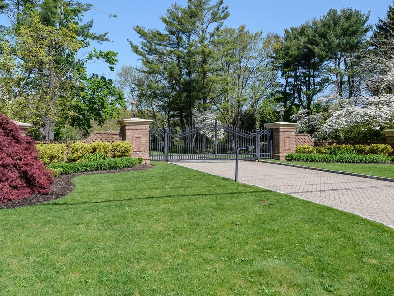 Single Family Home for Sale at Colonial 18-20 Meadowood Ln Brookville, New York, 11545 United States