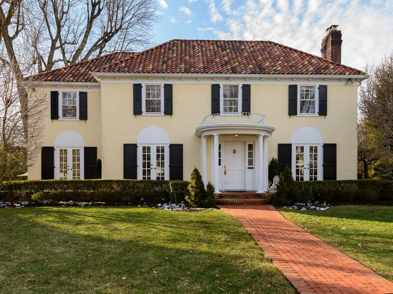 Casa para uma família para Venda às Colonial 46 Westgate Blvd Manhasset, Nova York 11030 Estados Unidos