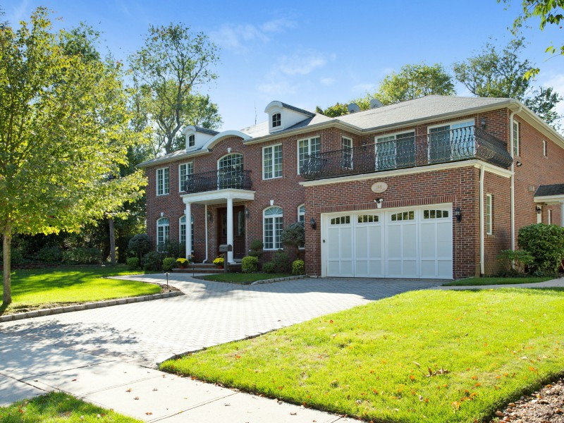 Maison unifamiliale pour l Vente à Colonial Roslyn Heights, New York 11577 États-Unis
