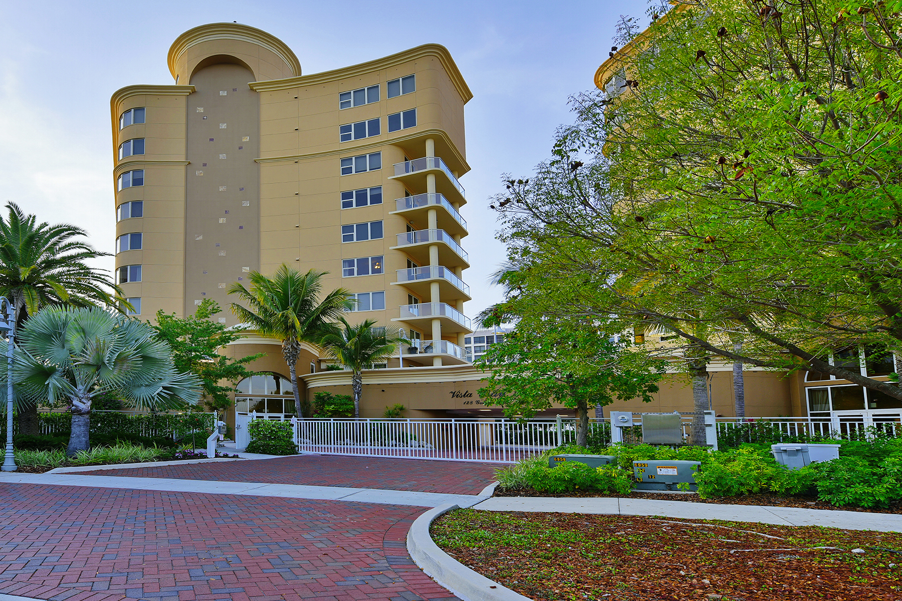 Condominio per Vendita alle ore VISTA BAY POINT 128 Golden Gate Pt 502A Sarasota, Florida 34236 Stati Uniti