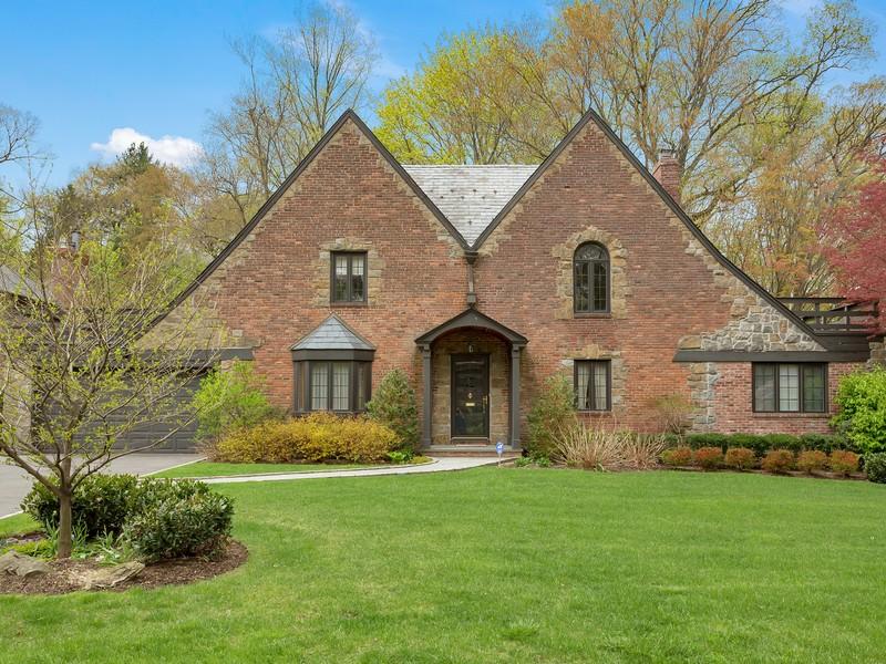 独户住宅 为 销售 在 Colonial 155 Aldershot Ln 曼哈塞特, 纽约州, 11030 美国