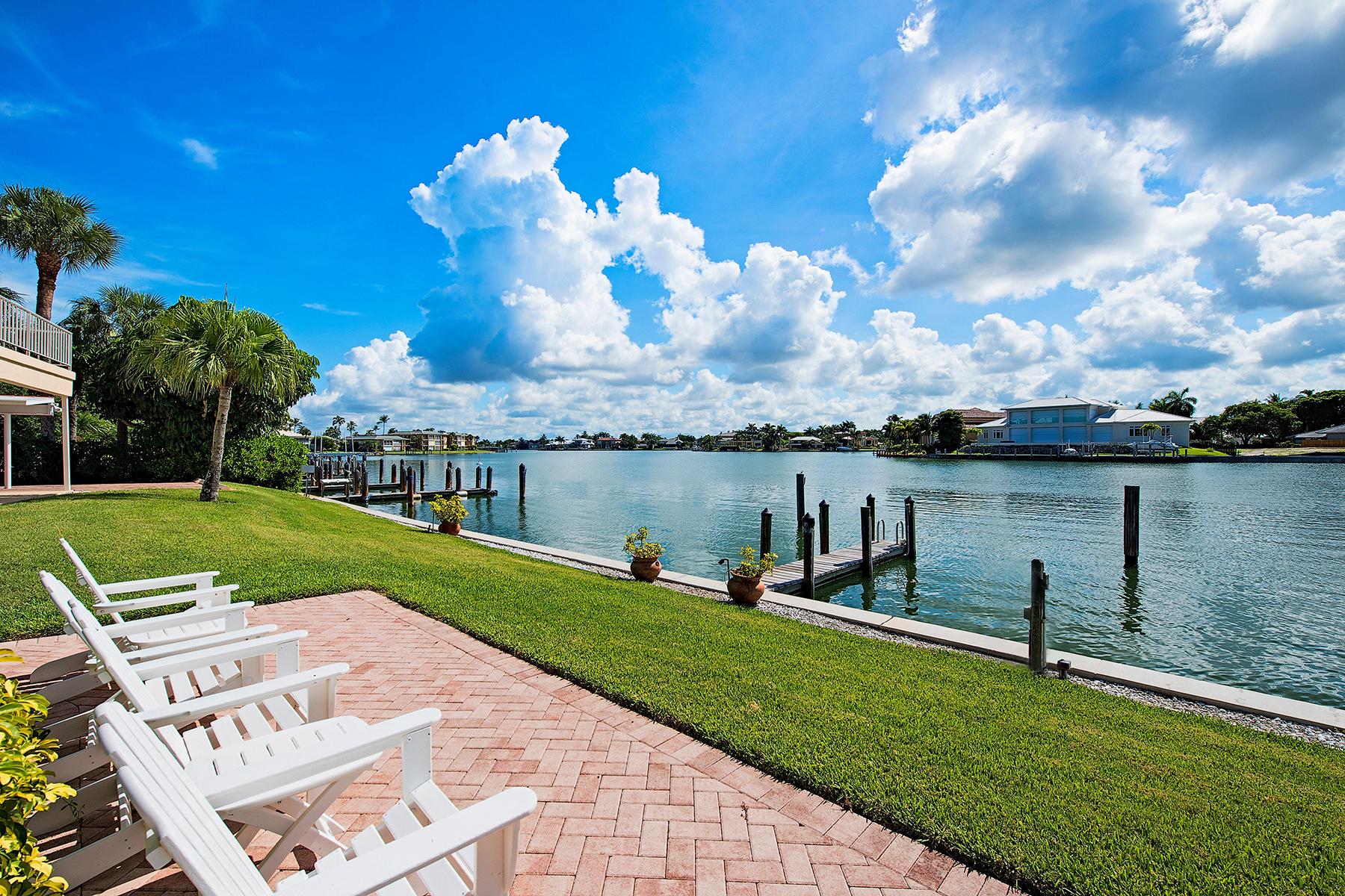 콘도미니엄 용 매매 에 MOORINGS - HOLLY GREEN VILLA 3070 Gulf Shore Blvd N 209 Naples, 플로리다, 34103 미국
