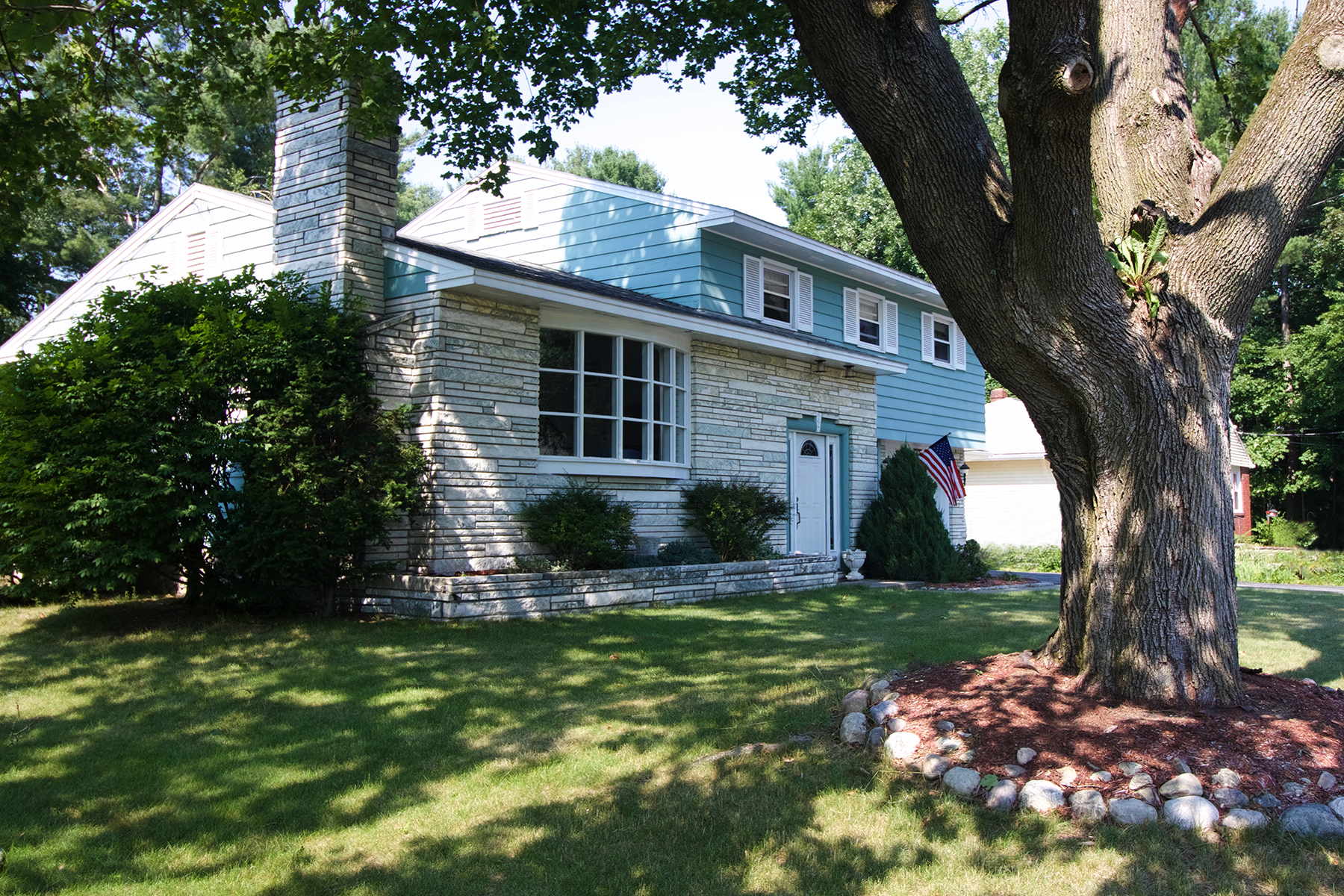 独户住宅 为 销售 在 Gorgeous Split Level Ranch 9 Leland St South Glens Falls, 12803 美国
