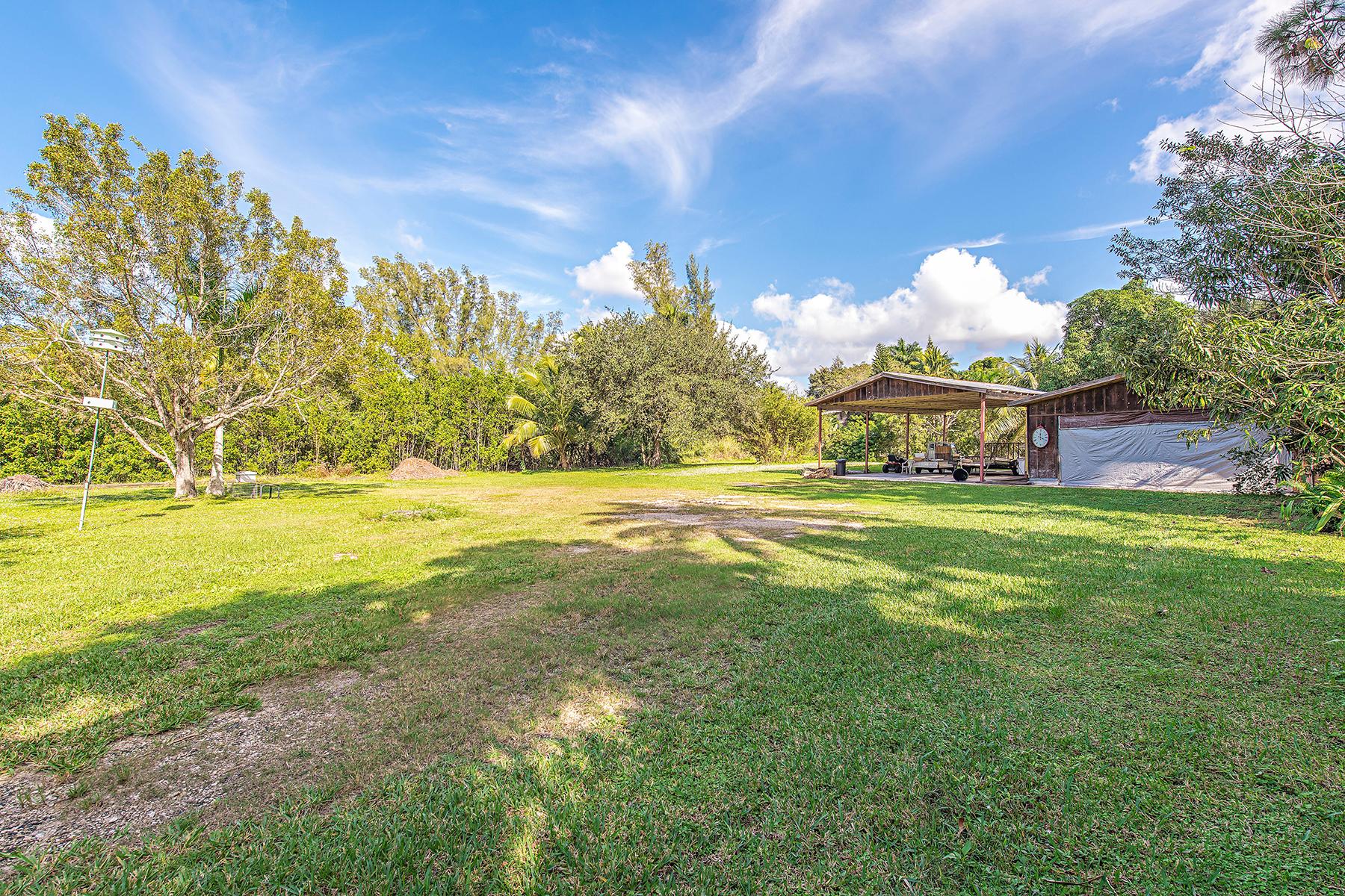 Земля для того Продажа на NAPLES - COCONUT GROVE 2505 Estey Ave Naples, Флорида, 34104 Соединенные Штаты