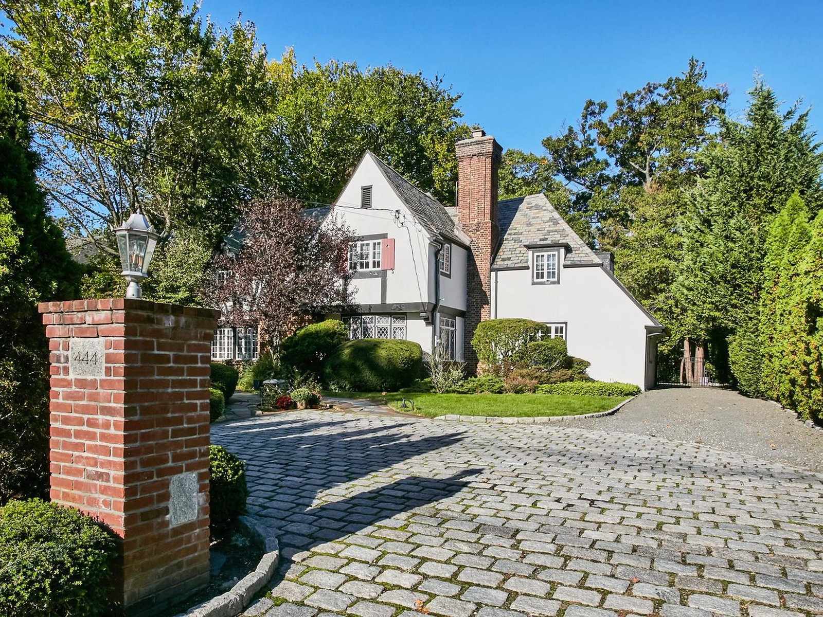 Maison unifamiliale pour l Vente à Tudor 444 N Village Ave Rockville Centre, New York 11570 États-Unis