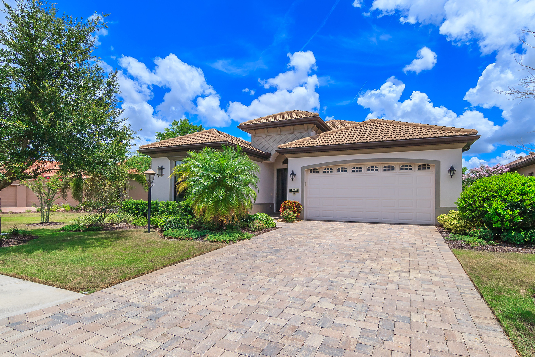 Single Family Home for Sale at COUNTRY CLUB EAST 14647 Newtonmore Ln Lakewood Ranch, Florida, 34202 United States