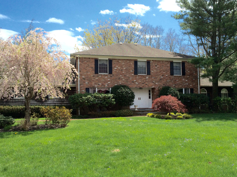 Villa per Vendita alle ore Colonial 7 Knutson Ct Lloyd Harbor, New York 11743 Stati Uniti